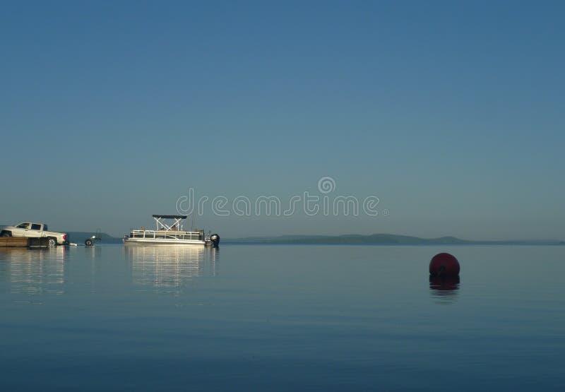 Pontonfartyg som lanseras på en stor sjö royaltyfri fotografi