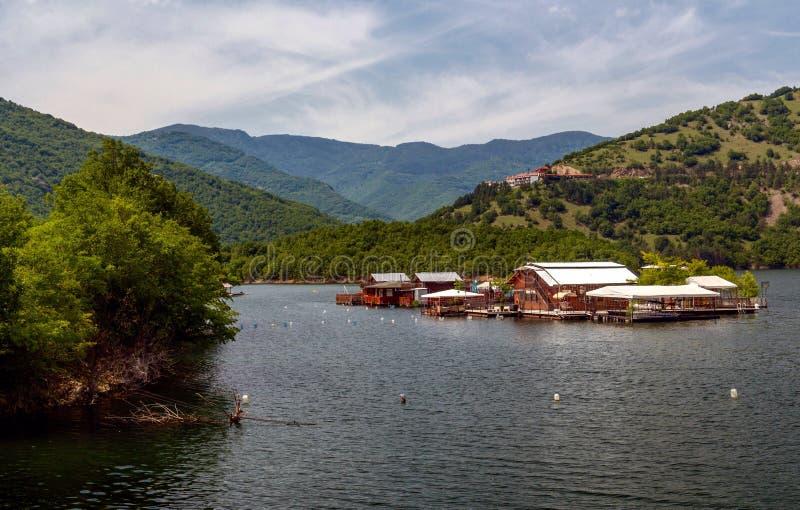 Pontonhus i den Vacha fördämningen, Devin Municipality, södra Bulgarien royaltyfri foto