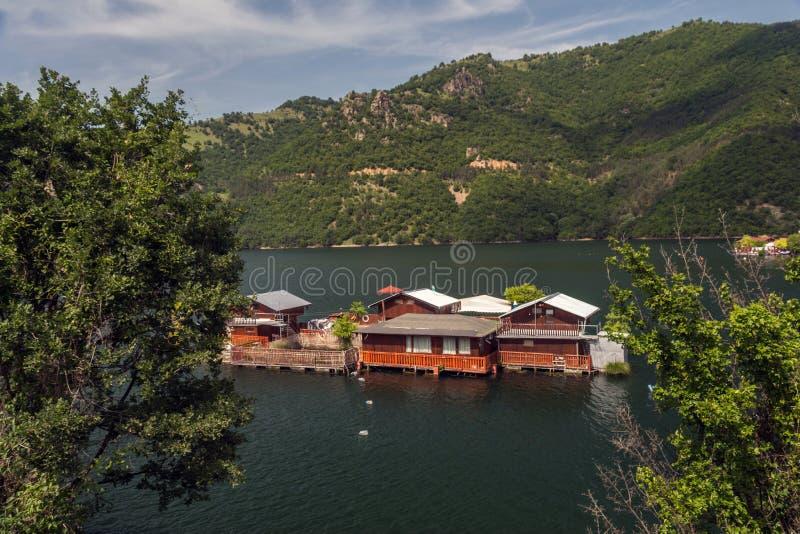 Pontonhus i den Vacha fördämningen, Devin Municipality, södra Bulgarien royaltyfri fotografi