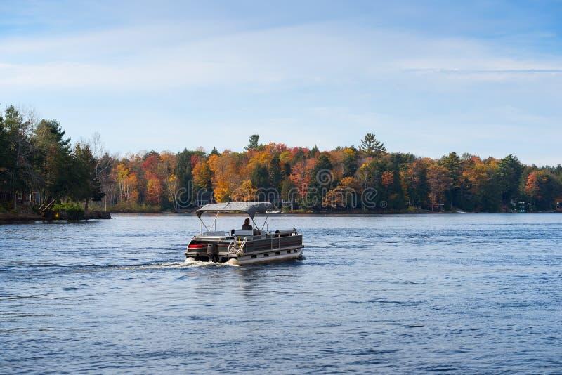 Pontonowa łódź w spadku obrazy stock