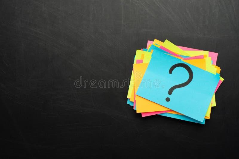 pontos de interrogação escritos bilhetes dos lembretes imagem de stock royalty free