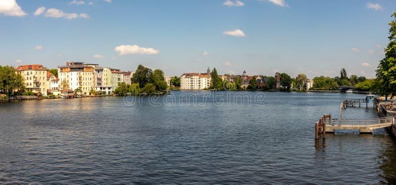 Pontos de vista românticos do rio Dahme e Spree em Berlim Koepenick foto de stock
