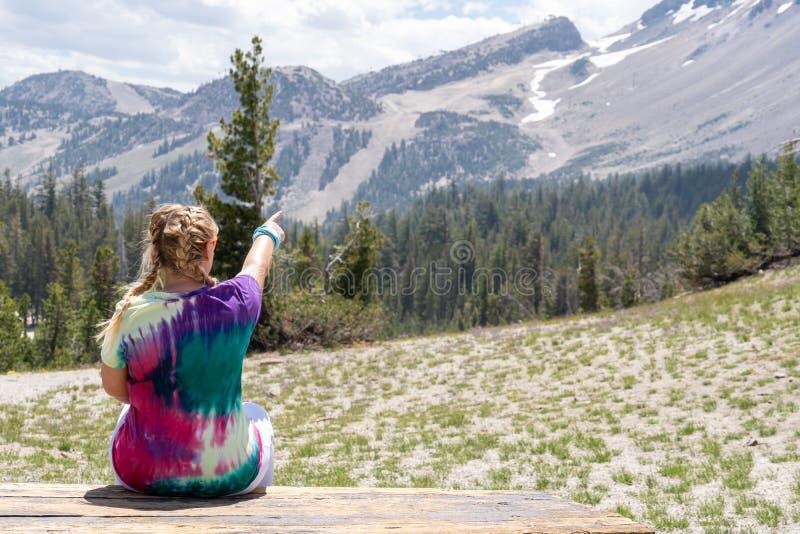 Pontos louros novos da mulher às montanhas imagem de stock