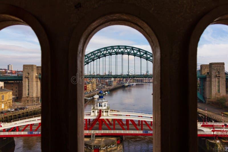 Ponts au-dessus de la rivière Tyne au bord du quai de Newcastle images libres de droits