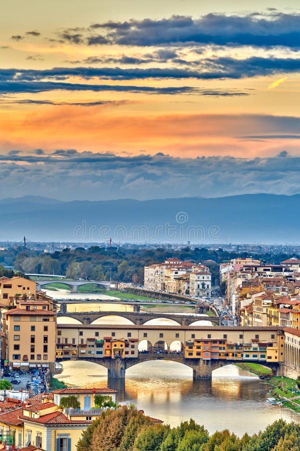 Ponts au-dessus de rivière de l'Arno à Florence images stock