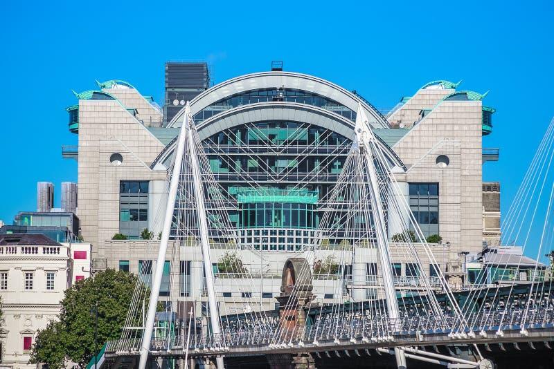 Ponts d'or de jubilé, une passerelle piétonnière, avec le côté de rivière de la station de Charing Cross à l'arrière-plan photographie stock