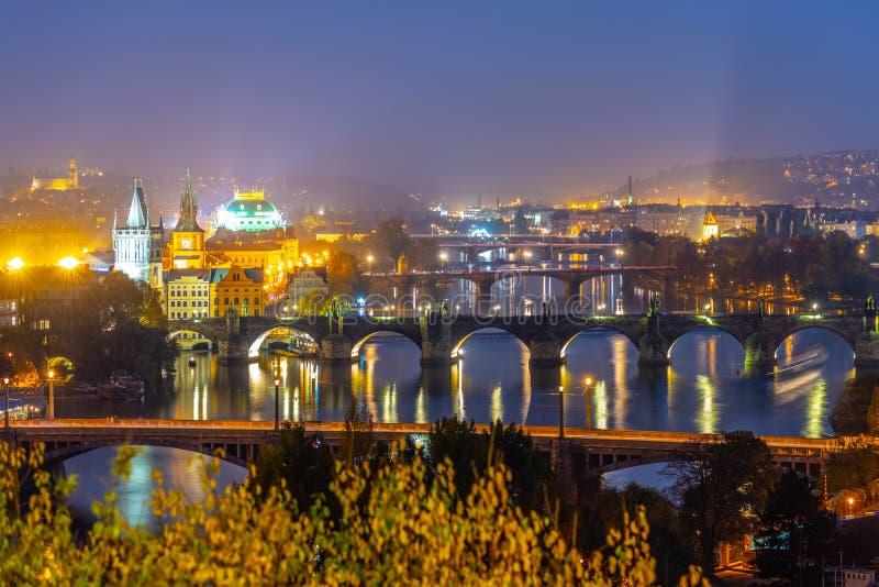 Ponts de Prague au-dessus de rivière de Vltava le soir, Praha, République Tchèque images libres de droits
