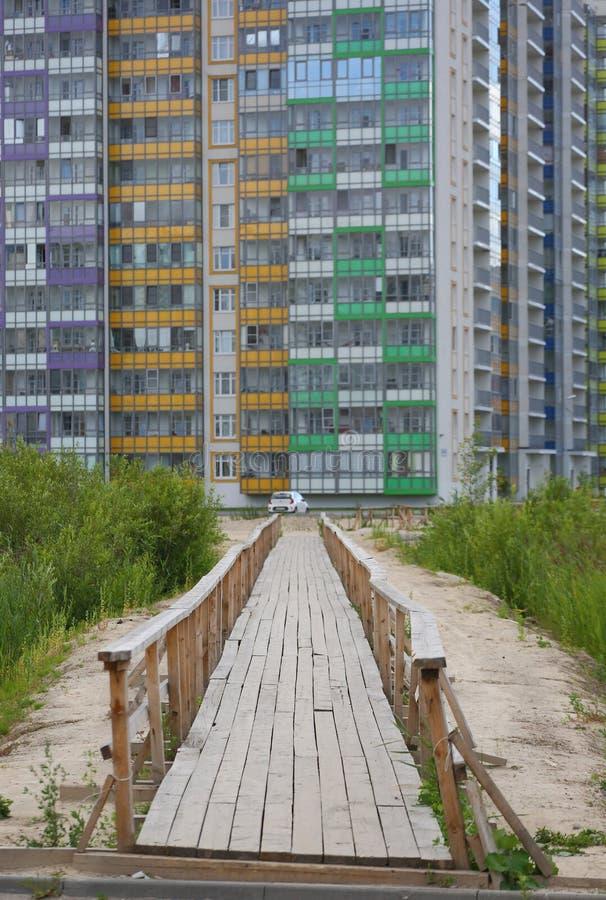 Ponts en bois pour des piétons dans le domaine de la construction photos libres de droits