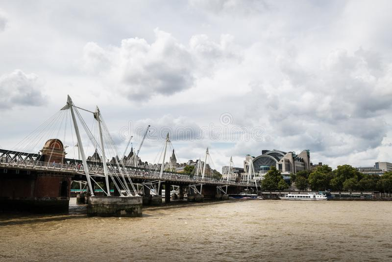 Ponts Golden Jubilee et gare de Charing Cross à Londres image stock