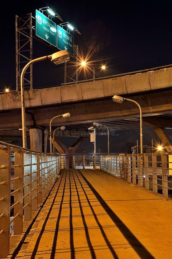 Ponts pour des piétons sous l'autoroute la nuit images stock