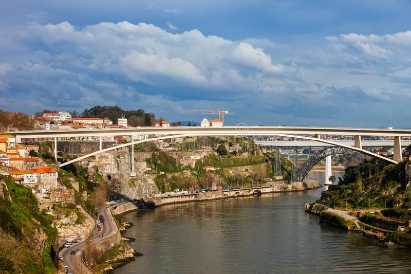 Ponts sur la rivière de Douro dans la ville de Porto photo libre de droits