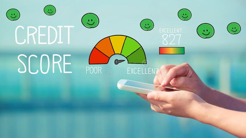 Pontuação de crédito excelente com a pessoa que guarda um smartphone imagens de stock royalty free