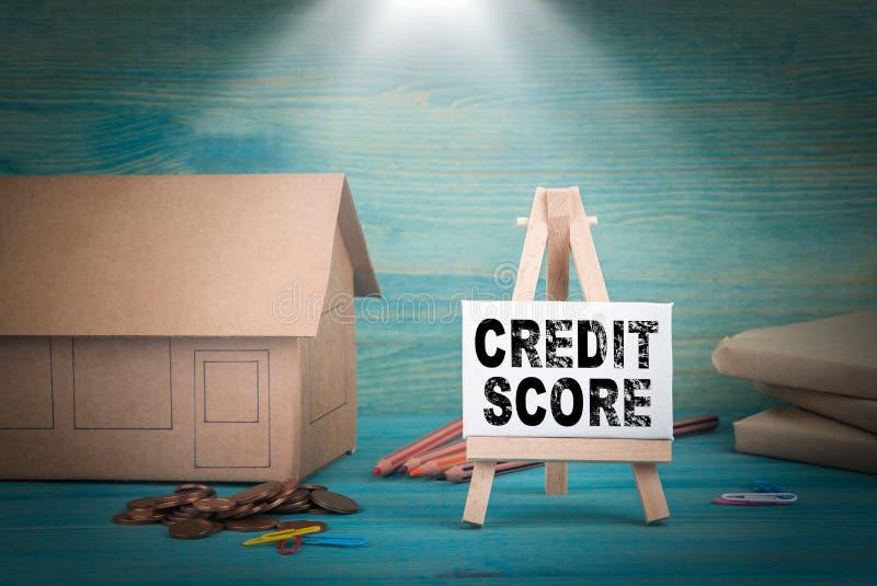 Pontuação de crédito modelo home, dinheiro e um quadro de mensagens sob o ensolarado imagem de stock