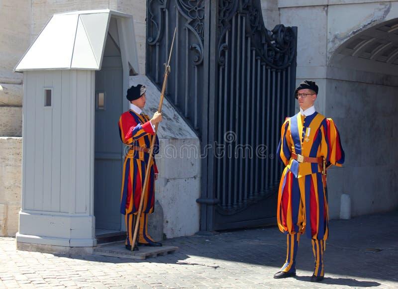 Pontyfikalna Szwajcarskiego strażnika St Peter ` s outside bazylika, watykan, Rzym zdjęcie royalty free