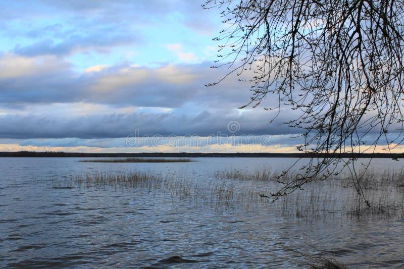 Ponuractwo chmurnieje nad pięknym jeziorem w dżdżystej pogodzie zdjęcie stock