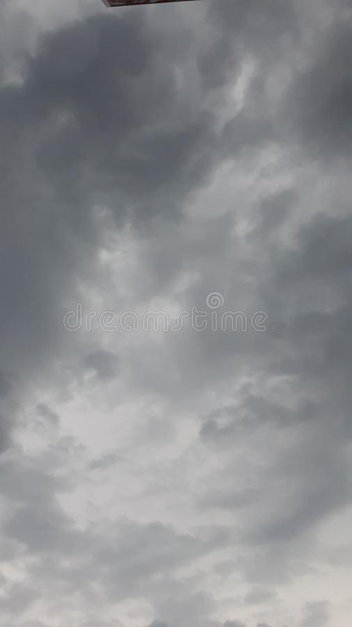 ponuro?ci chwa?a przed tornadem burza zdjęcia stock