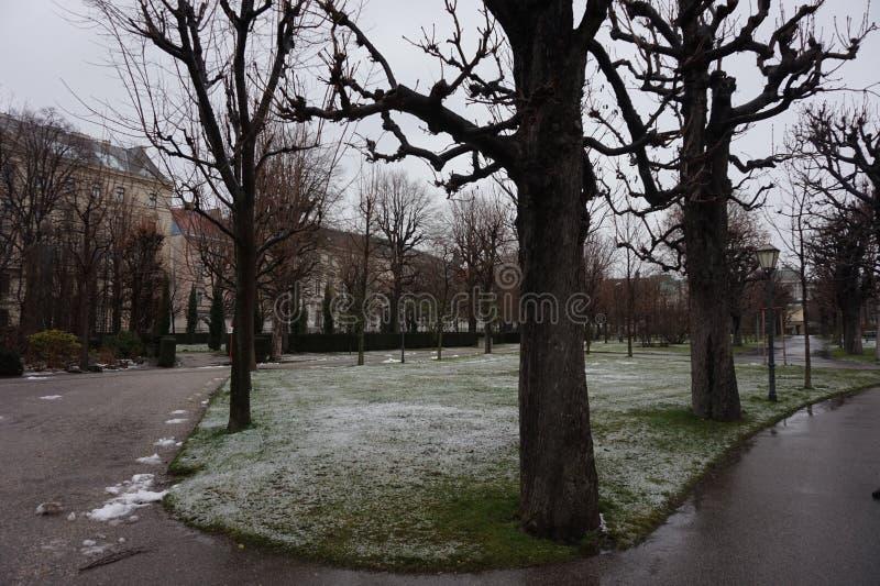 Ponury jesieni lub wiosny park w Europa obrazy stock