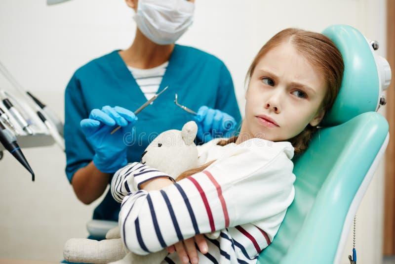 Ponury mały cierpliwy odmawianie funda zęby fotografia royalty free