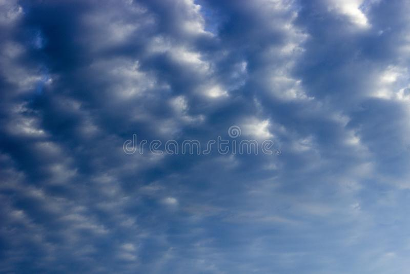 Ponury niebieskie niebo z chmurami obrazy royalty free