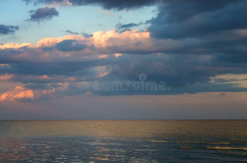 Ponury niebo nad morzem, horyzontu spokój fotografia royalty free