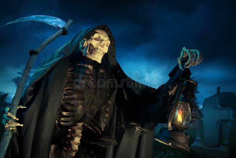 Ponury reaper/anioł śmierć z lampą przy noc obraz stock