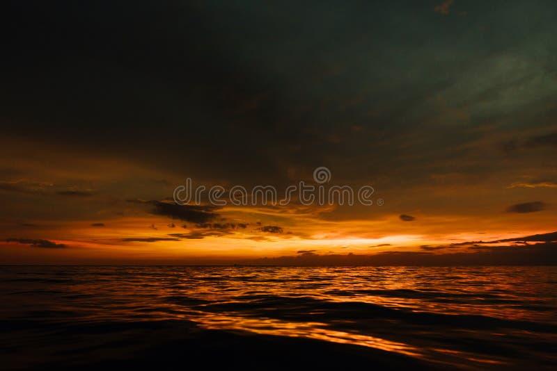 Ponury zmierzch w wieczór morzu Piękny zmierzch w chmurnym niebie na oceanie fotografia royalty free