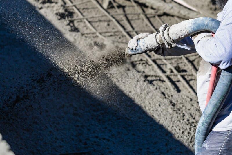 Pool-Bauarbeiter-Schie?en Beton, Shotcrete oder Gunite durch Schlauch lizenzfreie stockfotos