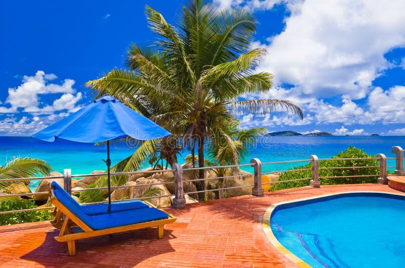 Pool bij tropisch strand stock fotografie