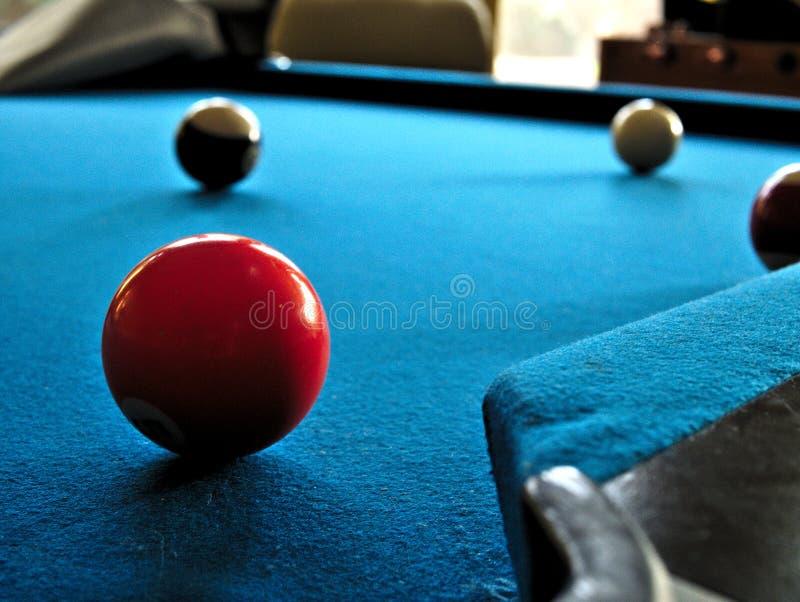 Pool of biljartlijst met richtsnoerbal en gevoeld blauw stock fotografie