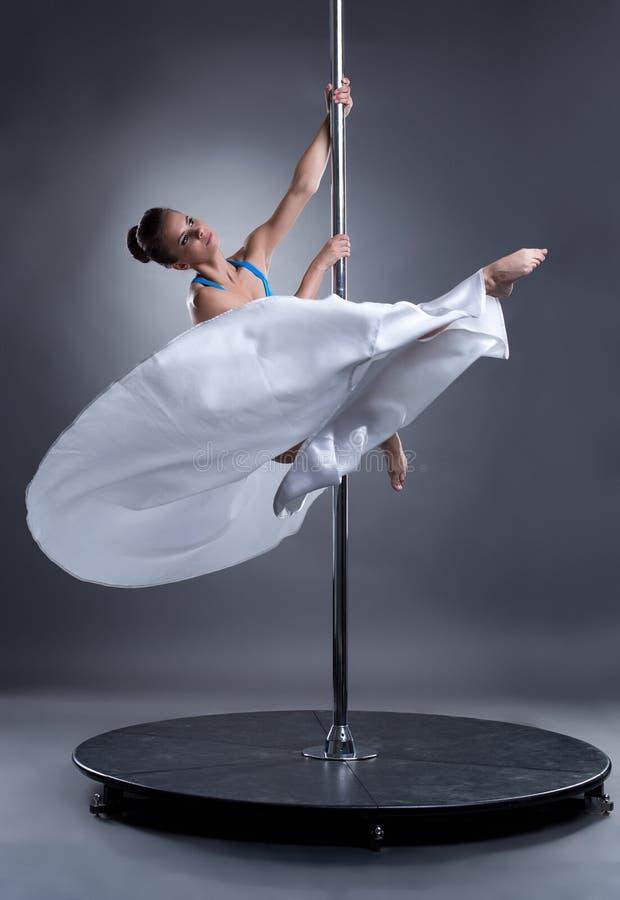 Pool-dans Het sexy vrouw stellen in elegante positie stock afbeelding