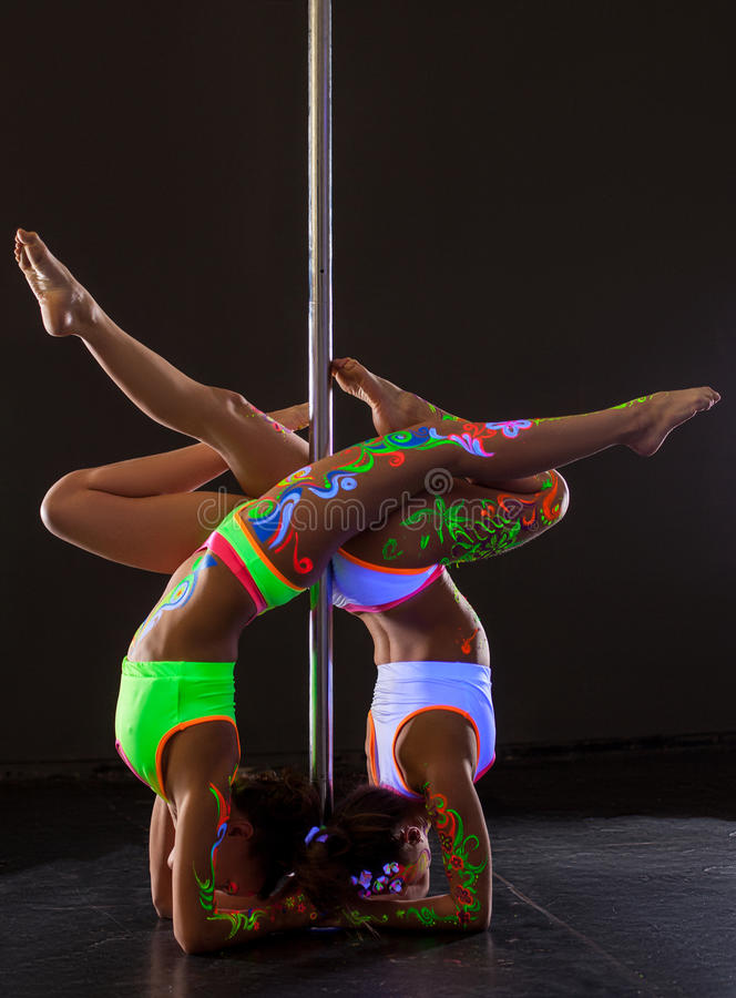 Pool-dans Twee flexibele meisjes die handstand doen stock afbeeldingen
