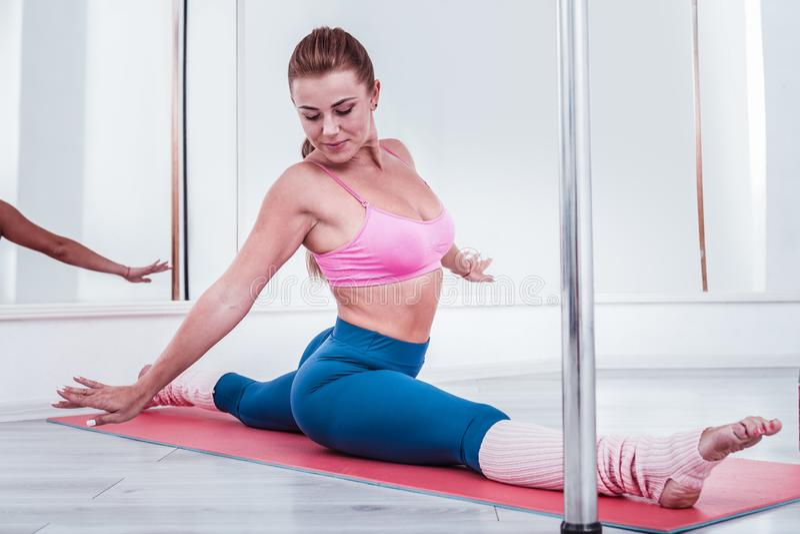 Pool-danser die groene beenkappen en roze sport hoogste zitting in zijspleet dragen royalty-vrije stock afbeeldingen