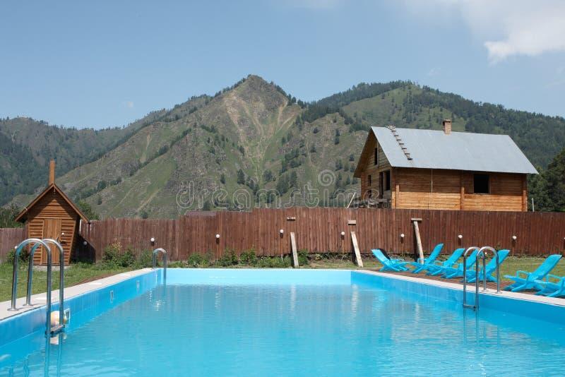 Pool in den Bergen stockfotografie