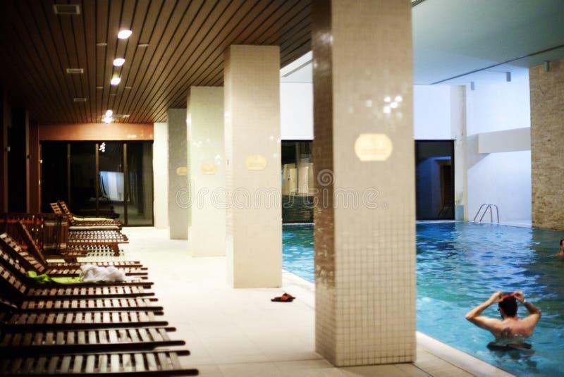 Pool in der Badekurortmitte stockfotos