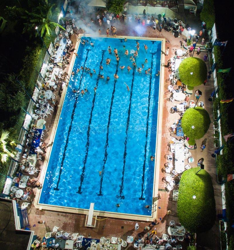 Pool an der Nachtansicht stockfotos