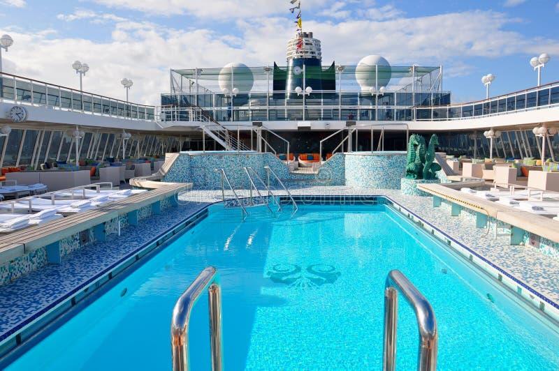 Pool der offenen Plattform Crystal Serenity-Kreuzschiffs in Miami lizenzfreie stockbilder