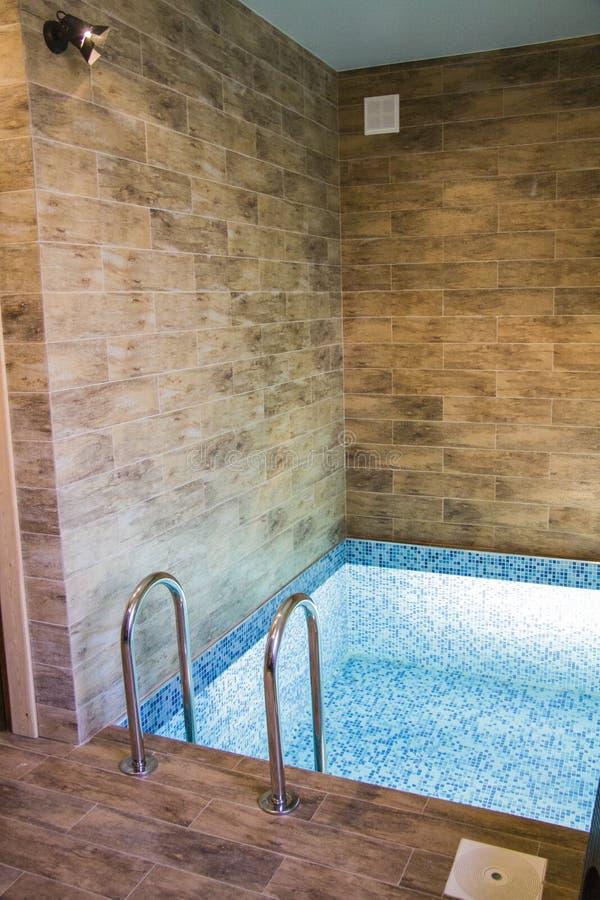 Pool in der Sauna lizenzfreies stockbild
