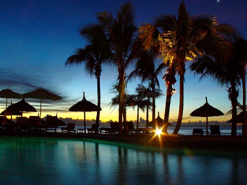 Pool durch Sonnenuntergang lizenzfreie stockfotografie