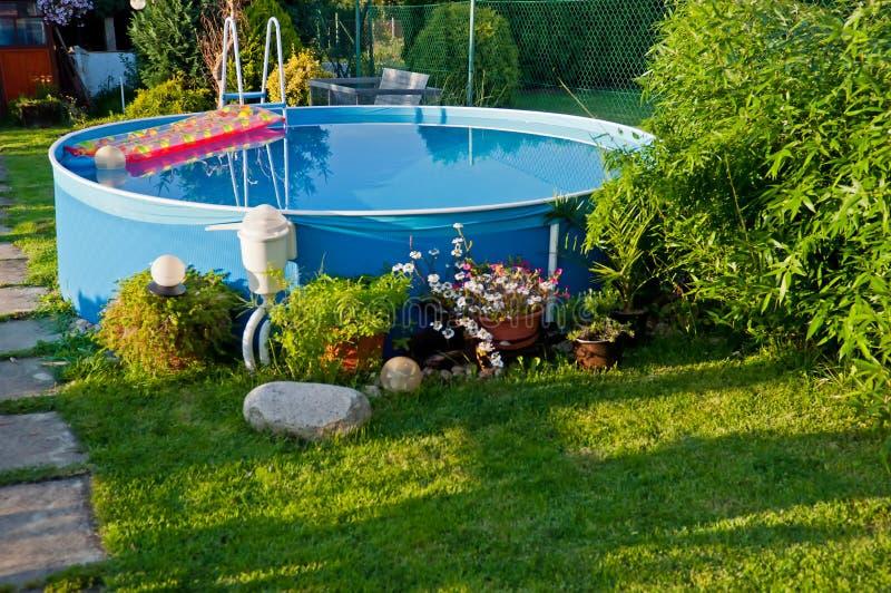 Pool in einem Garten lizenzfreies stockbild