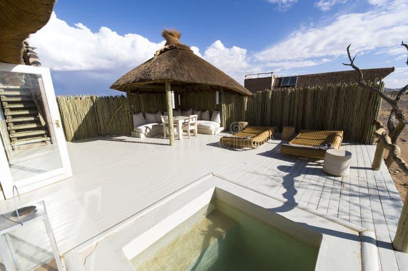 Pool eines sehr Luxushotels in Namibia stockbilder