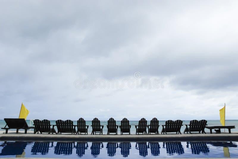 Pool en oceaan stock foto