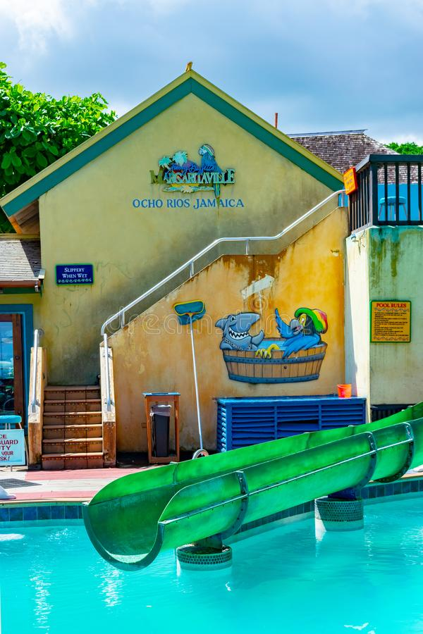 Pool en waterslidesectie binnen Margaritaville Ocho Rios door het strand dichtbij de Haven van de Cruisewinkel in St Ann, Jamaïca stock fotografie