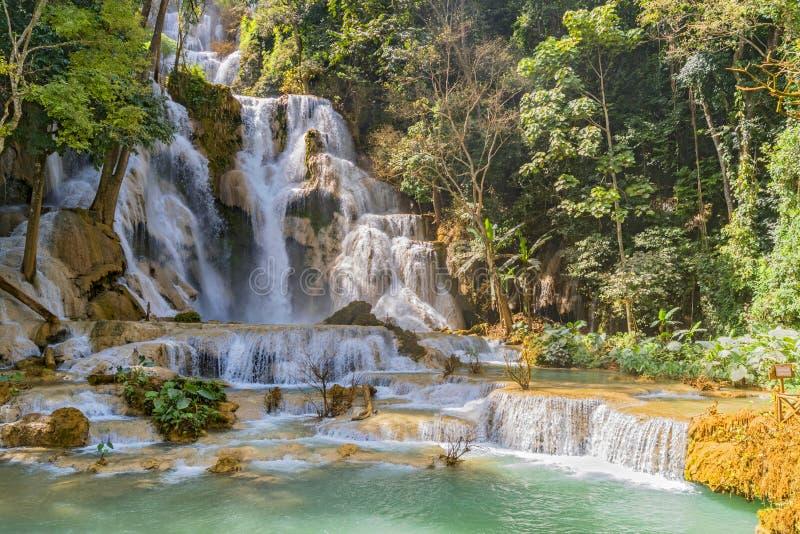Pool en waterval in het watervalsysteem Tat Kuang Si bij Luang Prabang in Laos, Indochina, Azië stock foto