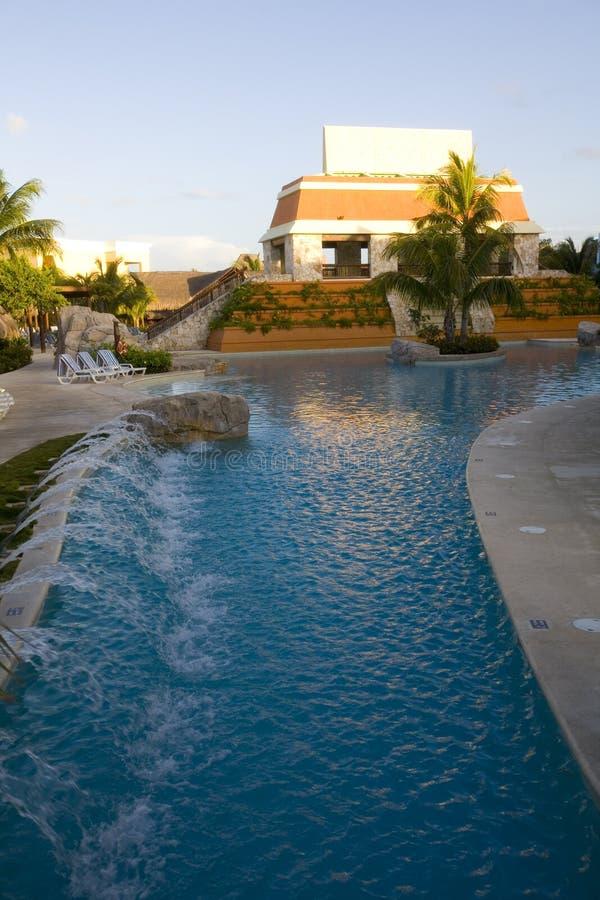 Pool en waterweg bij luxetoevlucht in Mexico stock afbeelding