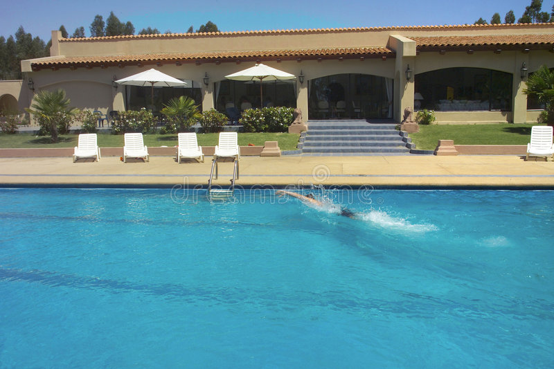 Pool en zwemmer stock foto's