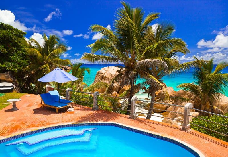 Pool im Hotel am tropischen Strand, Seychellen lizenzfreie stockbilder