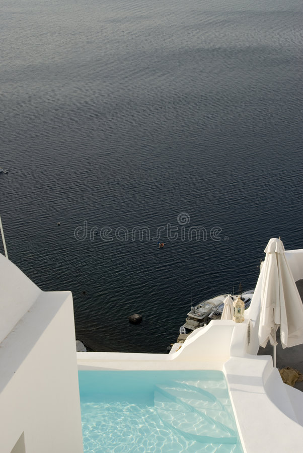 Pool am Landhaus über Meer lizenzfreie stockfotos