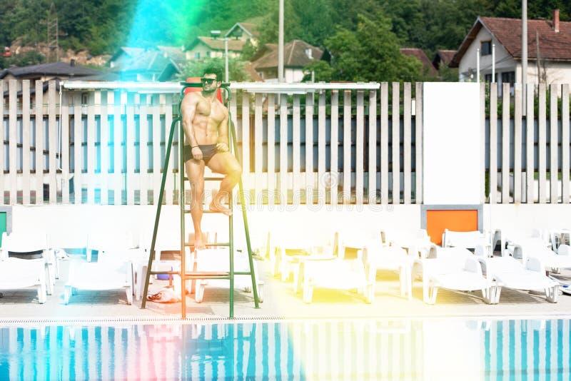 Pool Leibw?chter-Man At Swimmings im Freien lizenzfreies stockfoto
