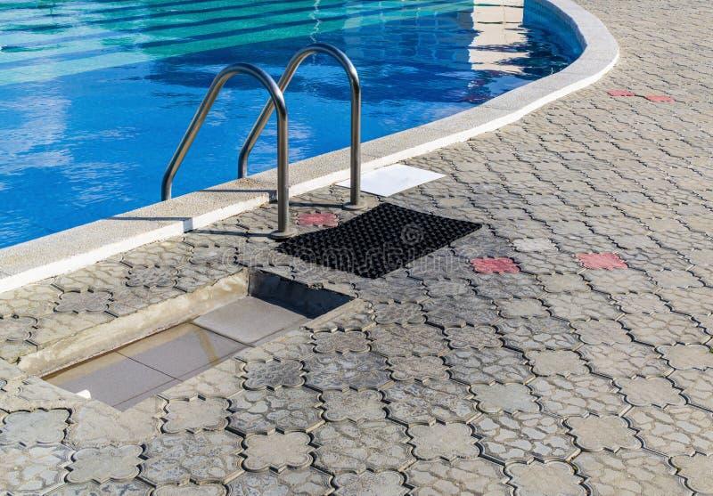 Pool met thermisch water stock afbeeldingen