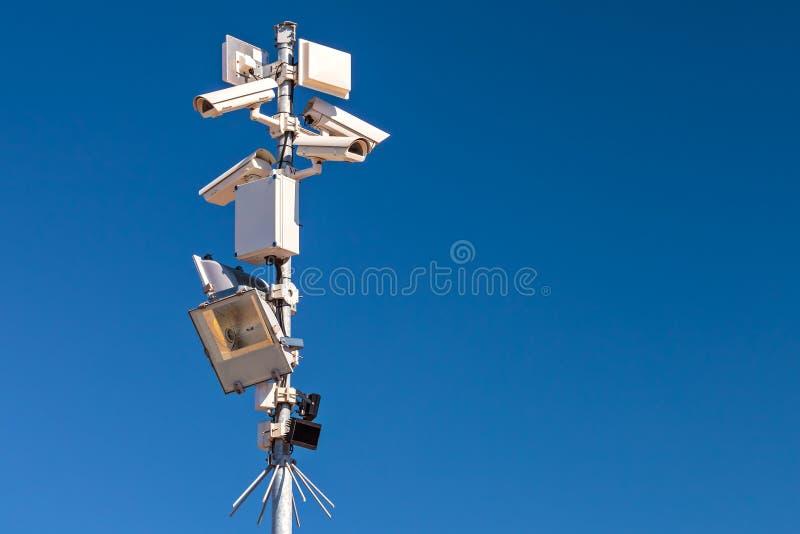 Pool met verschillende veiligheidscamera's en motiesensoren stock fotografie